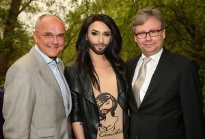 Conchita entourée d'Edgar Böhm et du directeur de l'ORF Alexander Wrabetz