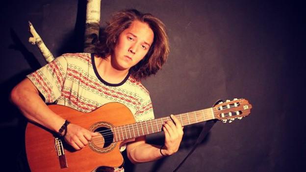 La parenthèse.ch : Mattiu Deffuns, un jeune et talentueux artiste qui chante en romanche, la 4ème langue nationale suisse !