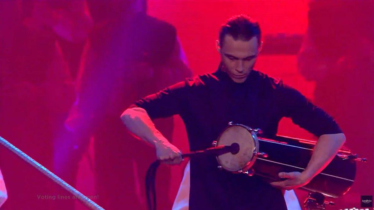 joueur d'un tambour à friction lors de l'Eurovision 2017 à Kiev